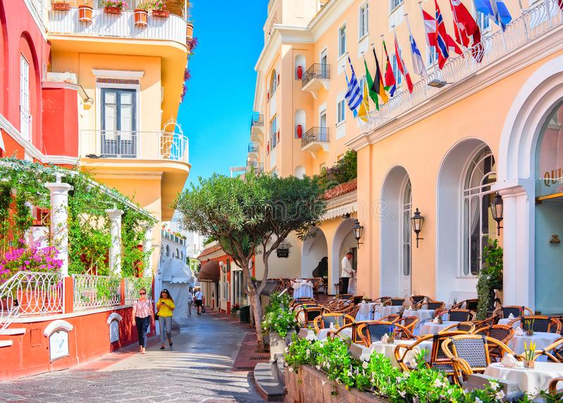 Turister på gatakaféer på den Capri ön royaltyfria foton
