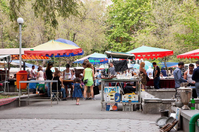 Turister på gatamarknaden Vernissage i Yerevan fotografering för bildbyråer