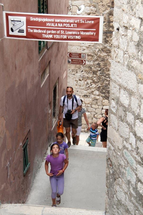 Turister på gatan royaltyfria bilder