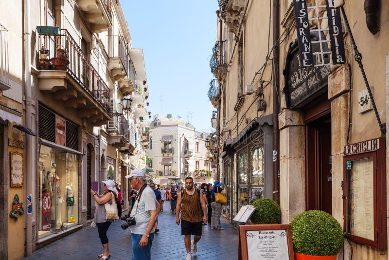 Turister på gatan Corso Umberto I i Taormina royaltyfri bild