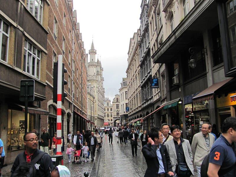 Turister på gatorna av Bryssel arkivfoto