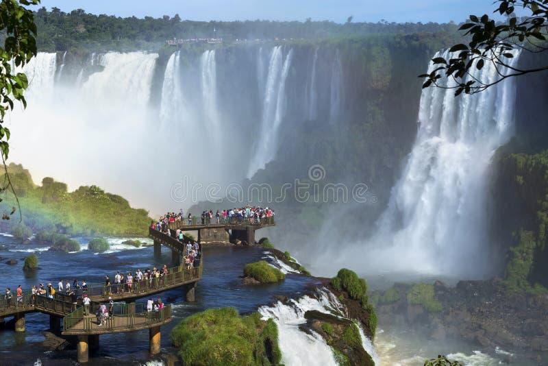 Turister på Iguazu Falls, Foz gör Iguacu, Brasilien royaltyfri bild