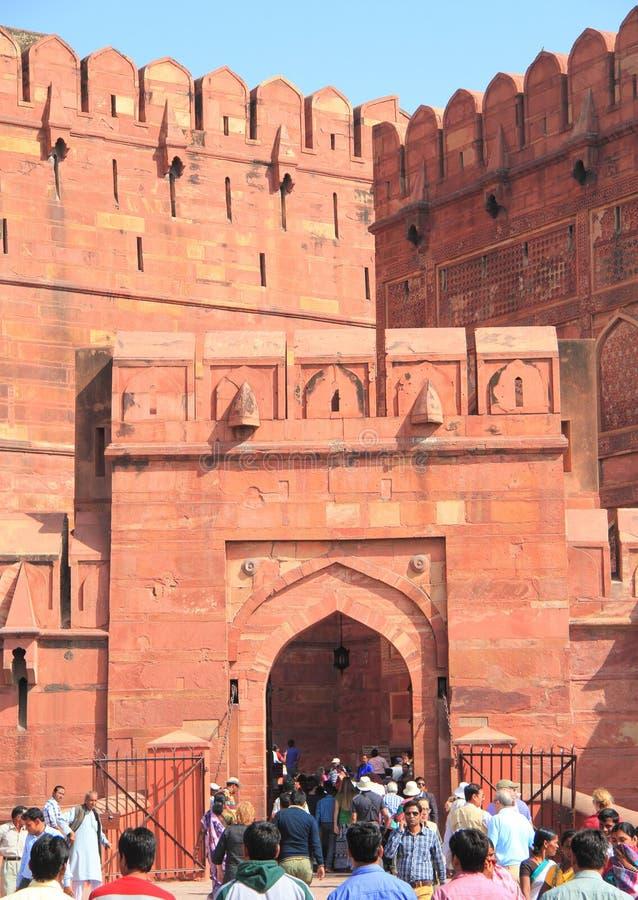 Turister på ingången till det Agra fortet, Indien arkivbilder