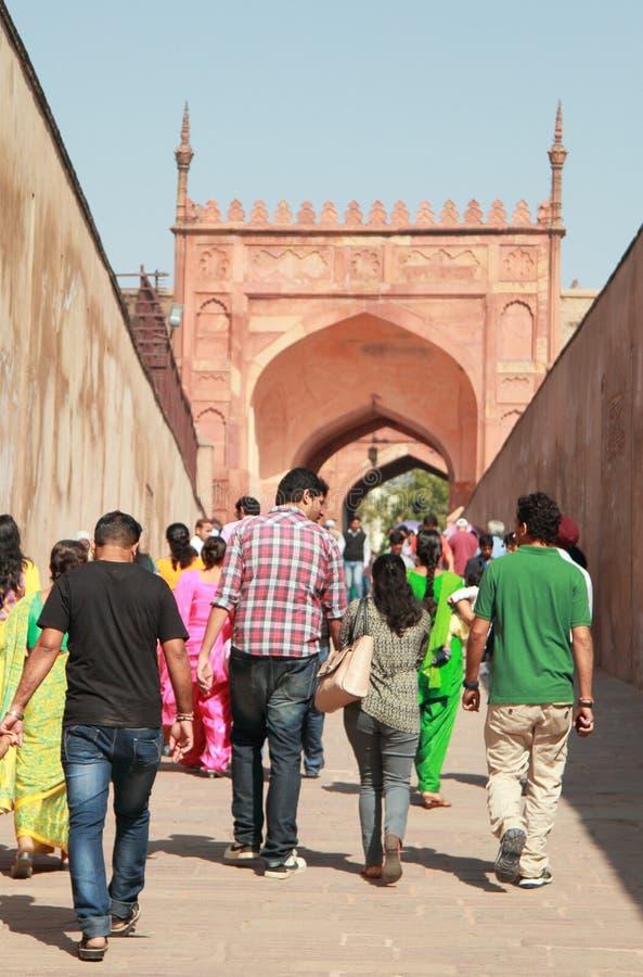 Turister på ingången till det Agra fortet, Indien royaltyfri foto