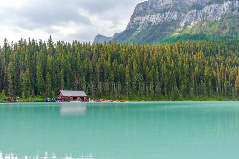 Turister på Lake Louise i Banff, Kanada royaltyfria bilder