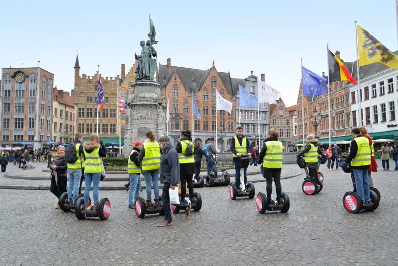 Turister på marknadsfyrkanten i Bruges fotografering för bildbyråer
