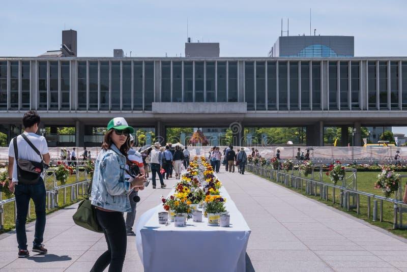 Turister på minnes- Hiroshima fred parkerar royaltyfri foto