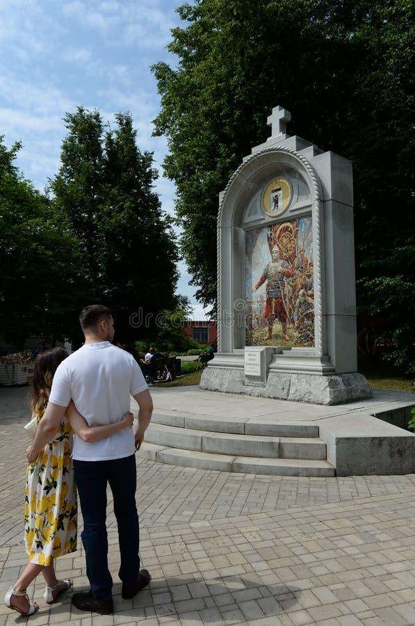 Turister p? monumentet ?ed av prinsen Pozharsky ?i den historisk, arkitektonisk och konstMuseum-reserven f?r Yaroslavl tillst?nd royaltyfria bilder