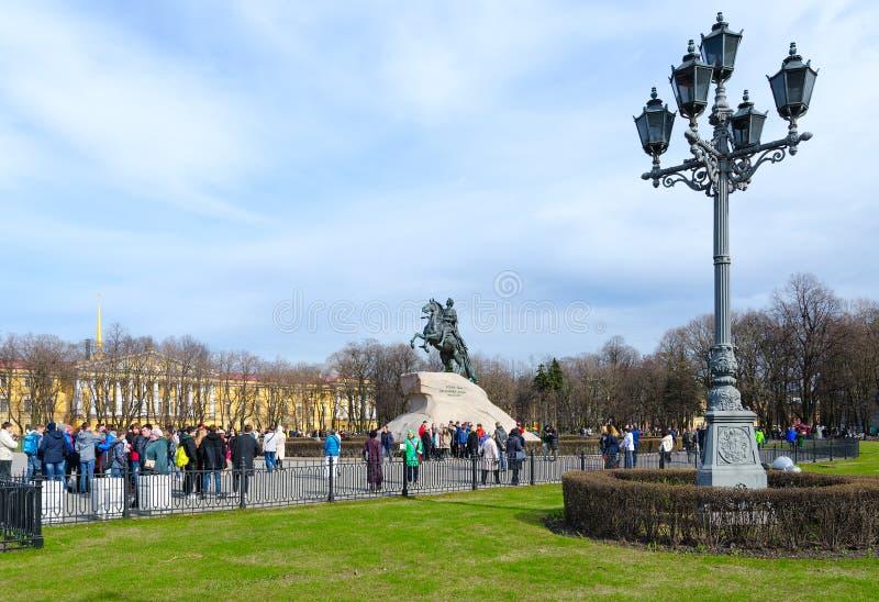 Turister på monumentet till Peter Great Bronze Horseman på senatfyrkanten, St Petersburg, Ryssland royaltyfri fotografi