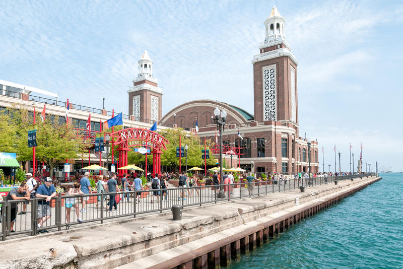 Turister på nöjesfältet på marinpir, Chicago royaltyfri bild