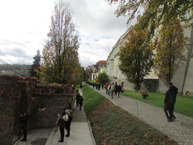 Turister på observationsdäcket med en granskning av Prague, Tjeckien royaltyfria bilder