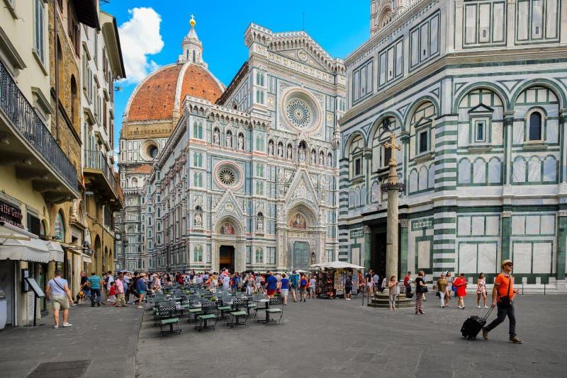 Turister på Piazza del Duomo med en sikt av domkyrkan i Florence, Italien arkivbild