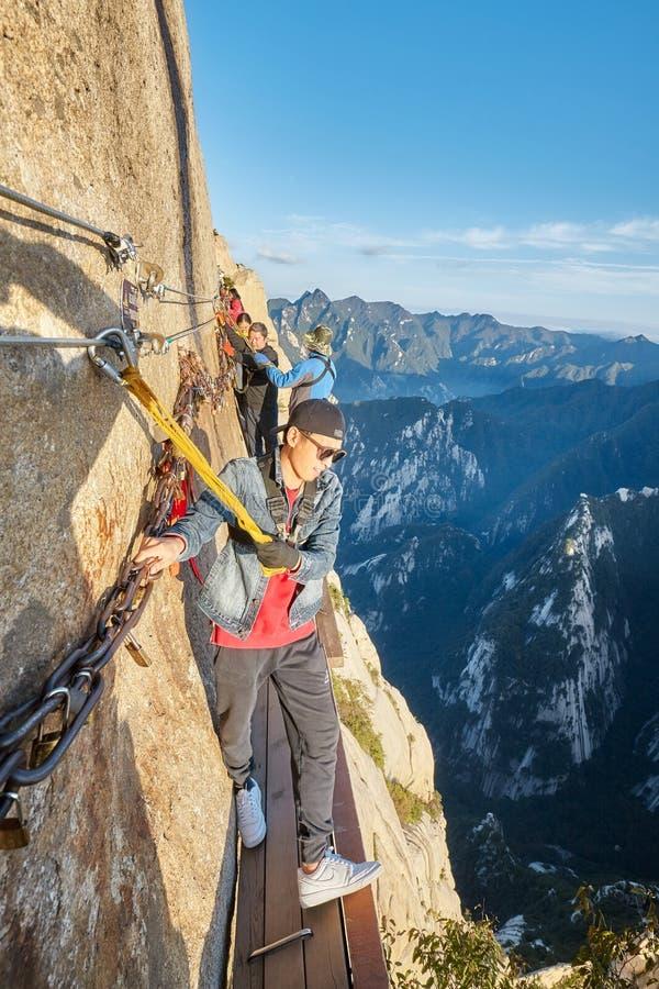 Turister på plankan går i himlen, farligaste vandringen för världar den arkivfoton