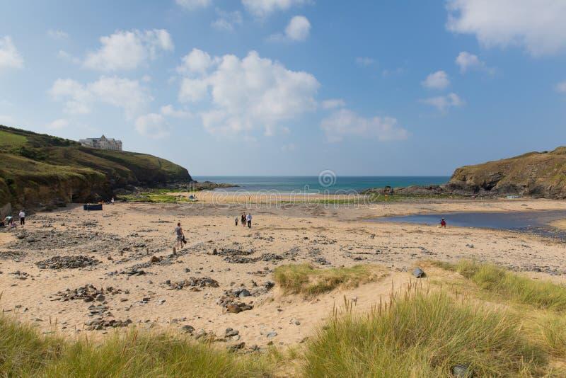 Turister på Poldhu sätter på land Cornwall England UK på ödlahalvön mellan spröjs och Porthleven arkivfoto