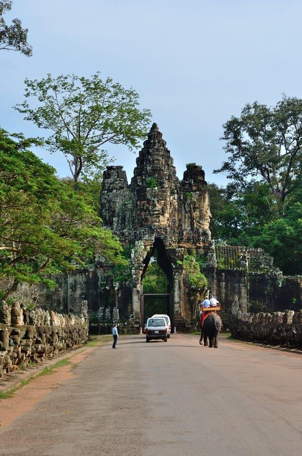 Turister på söder utfärda utegångsförbud för av Angkor Thom arkivfoto