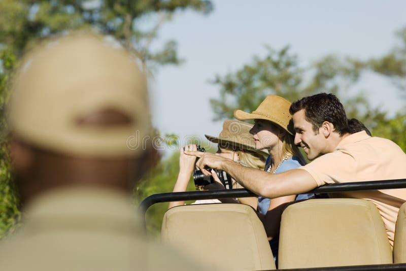 Turister på Safari Pointing At View arkivbild
