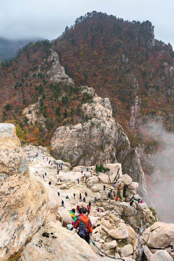 Turister på seorakberg på densan nationalparken royaltyfri bild