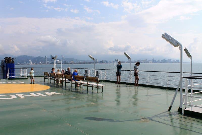 Turister på skeppdäcket royaltyfri foto