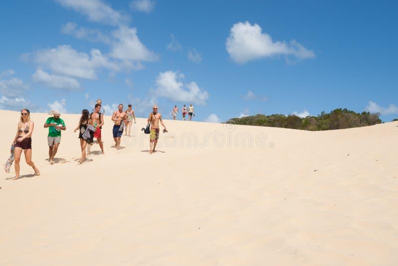 Turister på slaget för sjöWabby sand, Fraser Island, Queensland, Australien. fotografering för bildbyråer