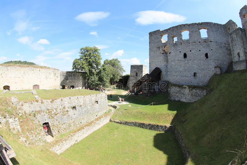 Turister på slotten Rabi royaltyfria foton