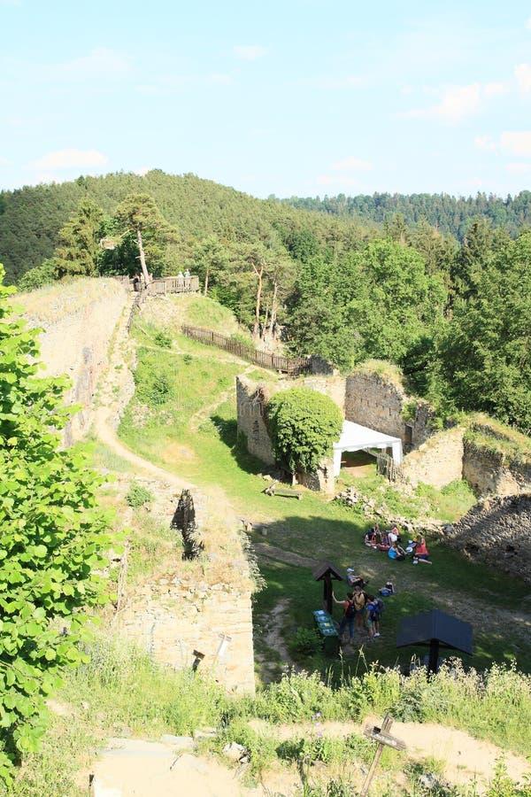 Turister på slottflickastenen arkivbild