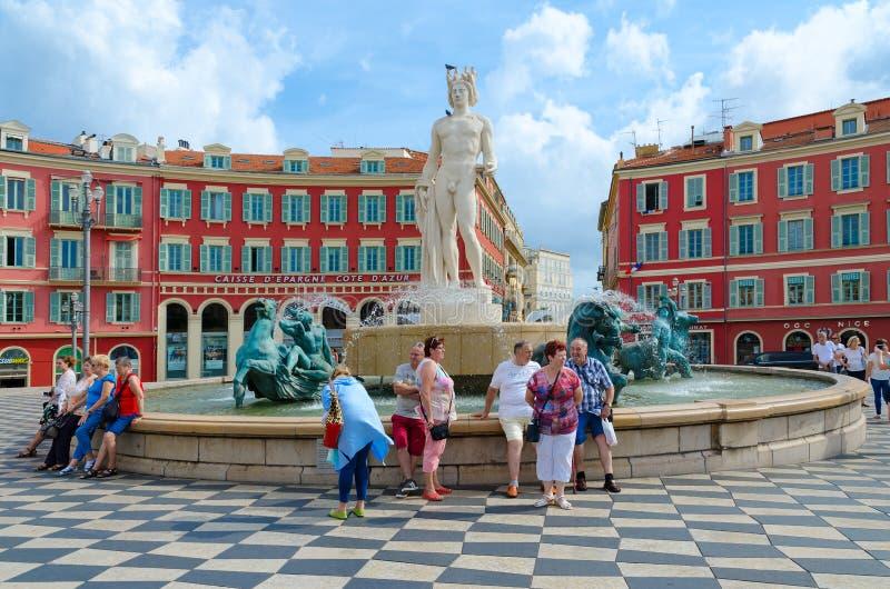 Turister på springbrunnen Sol Fontaine du Soleil på stället Massena, Nice, ` Azur, Frankrike för skjul D royaltyfri bild
