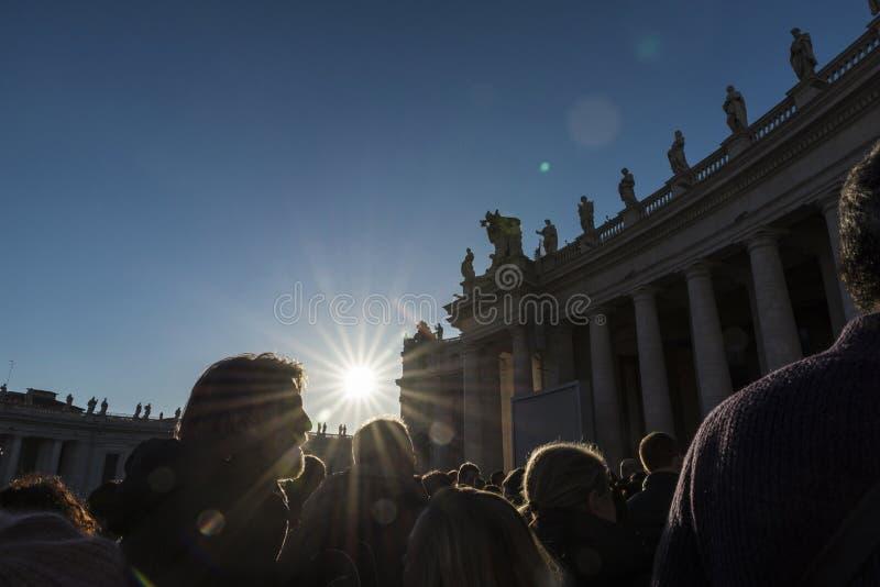 Turister på St Peter ` s kvadrerar i Vatican City, Vaticanen arkivbild