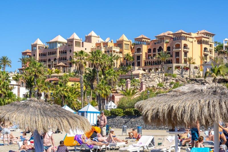 Turister på stranden för El Duque i Costa Adeje, Tenerife, kanariefågelöar, Spanien royaltyfri bild