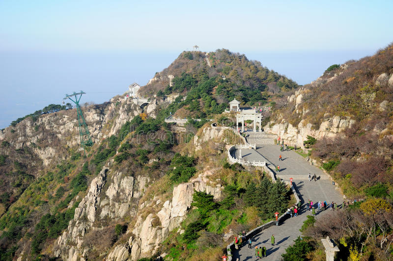 Turister på Tai Shan royaltyfria foton