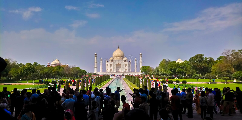 Turister på Taj Mahal arkivbild