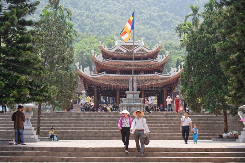 Turister på templet av doftpagoden i Vietnam royaltyfria foton