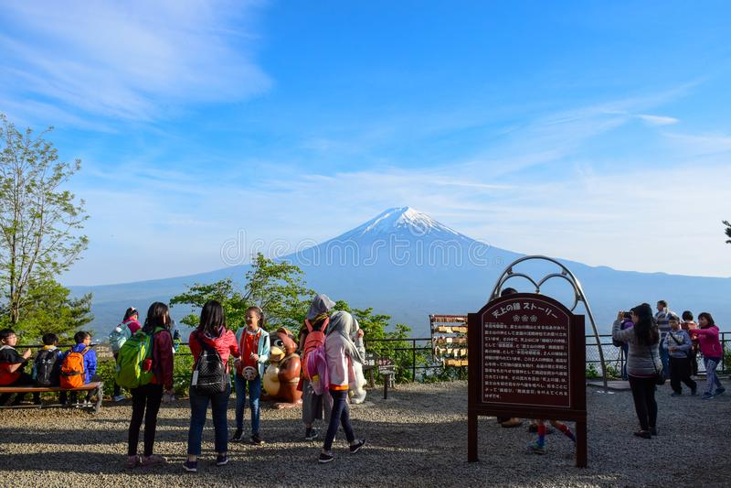 Turister på Tenjo-Yama parkerar den monteringsKachi Kachi ropewayen med Mount Fuji i bakgrund arkivbilder