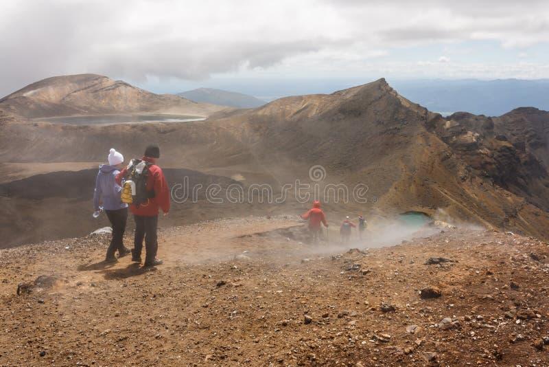 Turister på Tongariro den alpina korsningen i Nya Zeeland royaltyfri fotografi