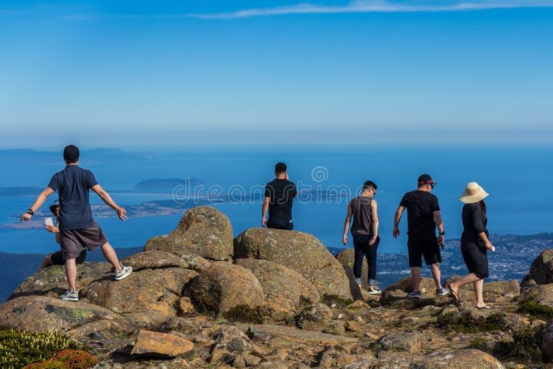turister på toppmötet av monteringsgummistöveln som förbiser Hobart och sydkusten arkivbild
