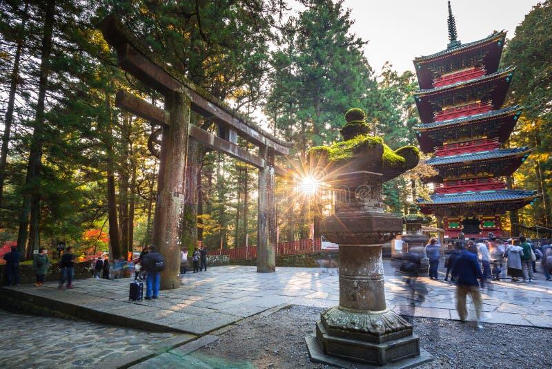 Turister på Toshogu förvarar templet i Nikko, Japan arkivbilder