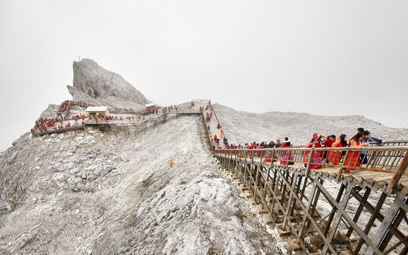 Turister på trappan som leder till den Jade Dragon Snow Mountain visningplattformen arkivbilder