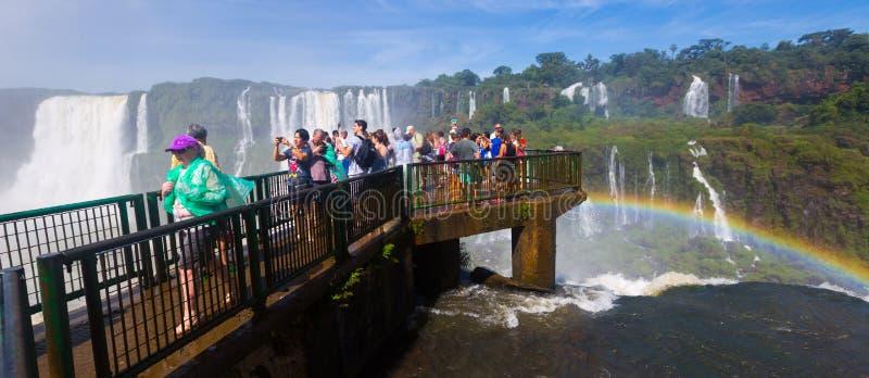 Turister på vattenfallet Cataratas del Iguazu, Brasilien fotografering för bildbyråer