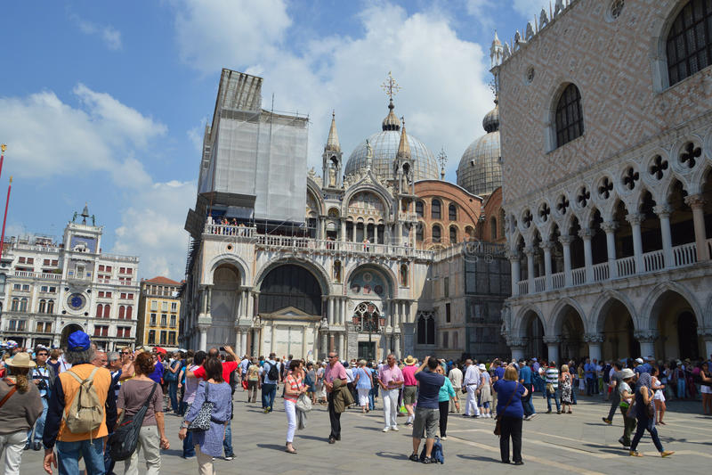 Turister på Venedig fotografering för bildbyråer