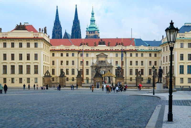 Turister promenerar den Hradchanskaya fyrkanten Port av j?ttar och port av Mathias, Prague slott, Prague, Tjeckien arkivfoton