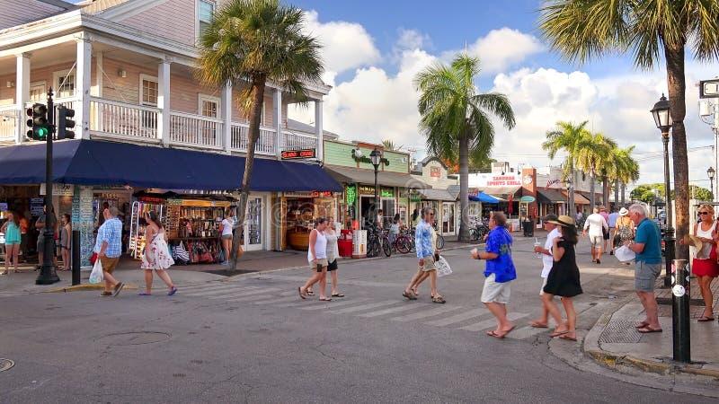 Turister shoppar i i stadens centrum Key West, Florida arkivfoto
