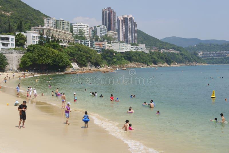 Turister solbadar på den Stanley stadstranden i Hong Kong, Kina arkivbild