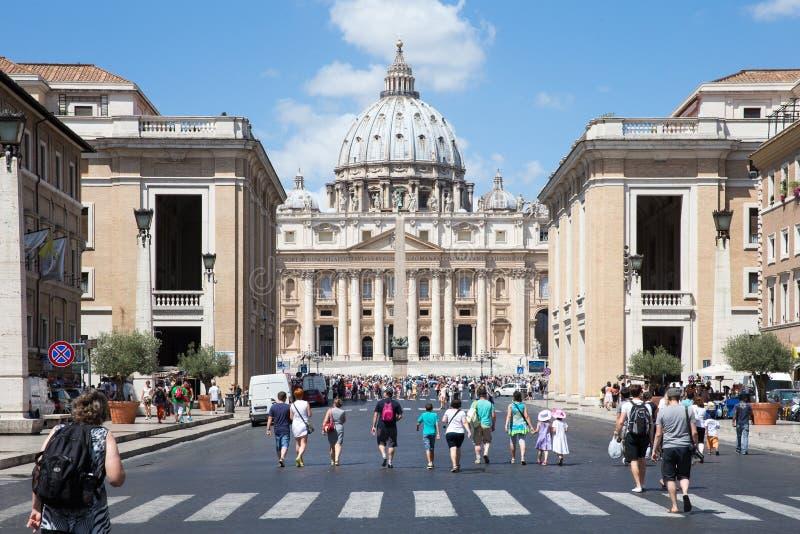 Turister som att närma sig Vaticanen i Italien arkivfoton