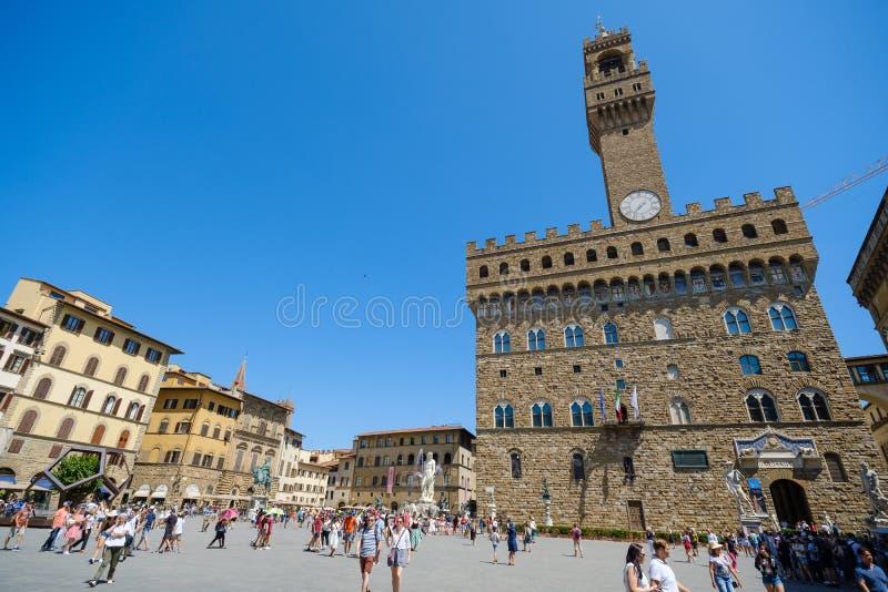 Turister som besöker de mest kända attraktionerna och monumenten i den gamla staden arkivbild