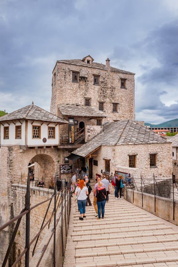 Turister som besöker den gamla bron i Mostar, Bosnien och Hercegovina och historisk del av staden royaltyfria bilder