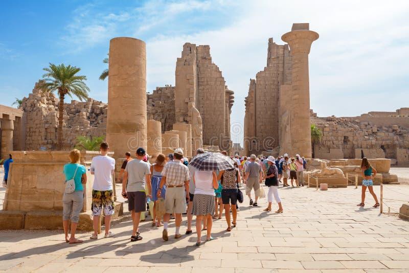 Turister som besöker den Karnak templet egypt luxor arkivfoton