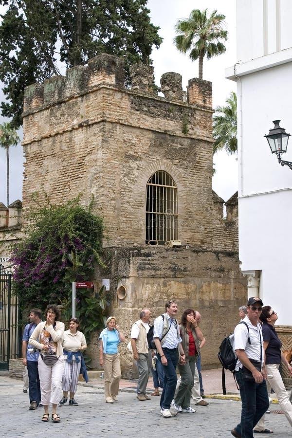 Turister som besöker den kungliga slotten i Seville, Spanien arkivfoton