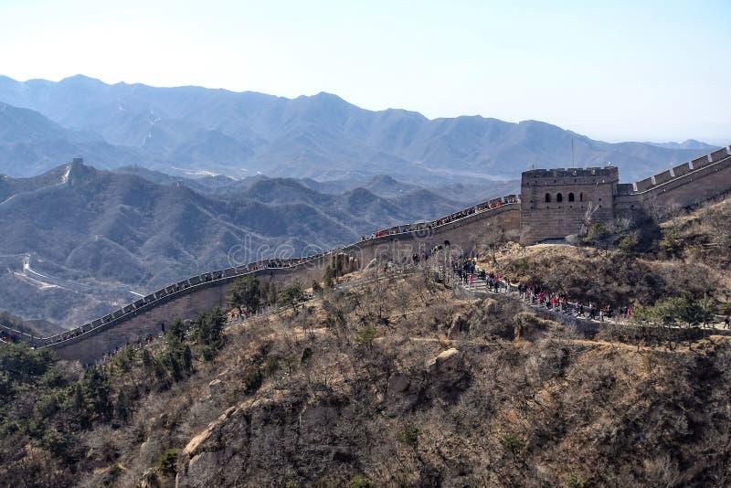 Turister som besöker den stora väggen av Kina nära Peking royaltyfria foton