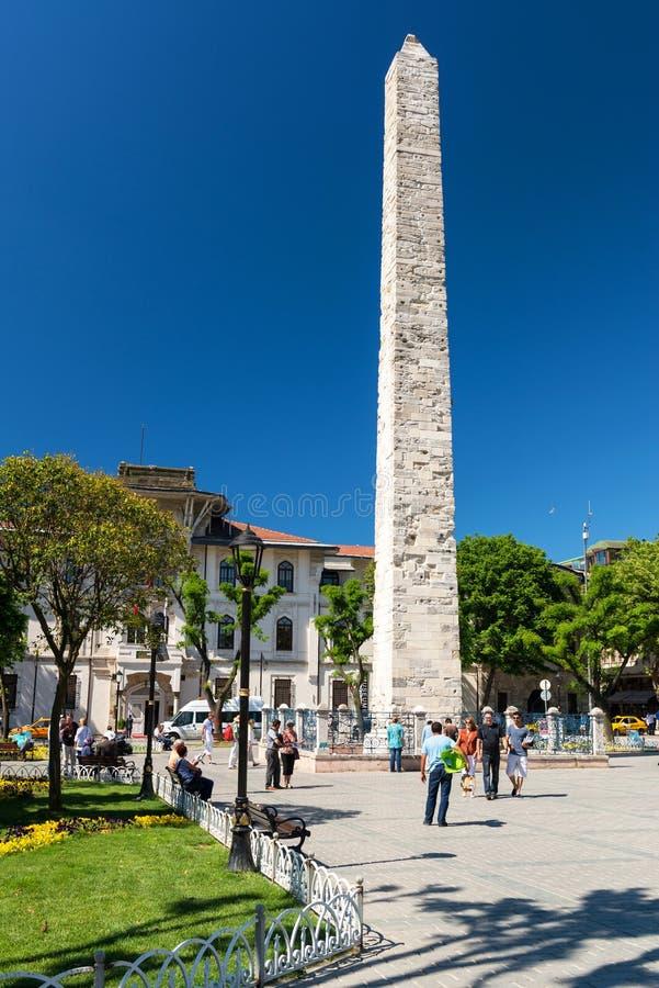 Turister som besöker den Walled obelisken på kapplöpningsbanan, Istanbul arkivbild