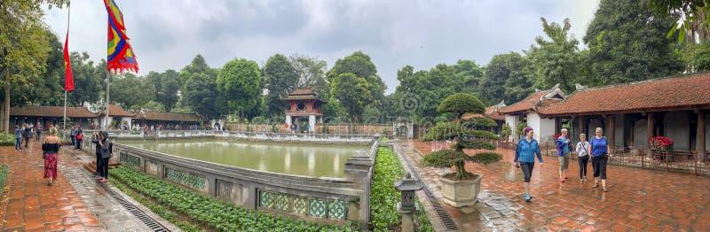 Turister som besöker en pelarpagod i Hanoi Vietnam royaltyfri bild