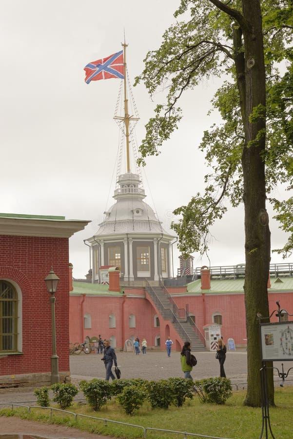Turister som besöker Peter och Paul Fortress royaltyfri foto